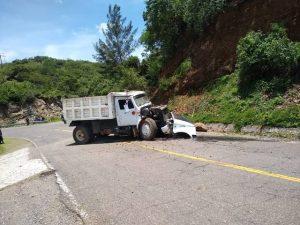 Camión de volteo se queda sin frenos y choca contra cerro   Informativo 6y7