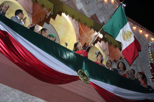 Con patriotismo huajuapeños unieron su voz para gritar: ¡Viva México!