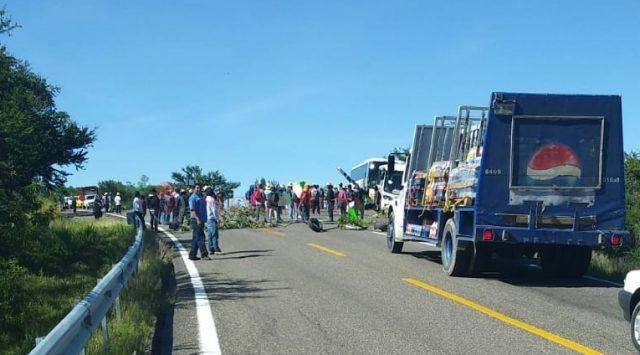 Bloquean carreteras para pedir atención del congreso y gobierno estatal