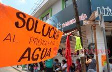 #GALERÍA || Por incumplimiento de SAPAHUA, manifestantes vuelven a cerrar la calle Constitución en Huajuapan